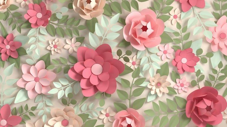 淡いピンク色の背景に、濃淡のあるピンクのペーパーフラワーとペーパーリーフ
