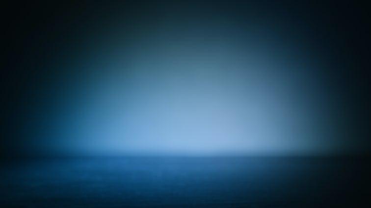 地平線からの白い光の輝きを放つ真夜中の背景