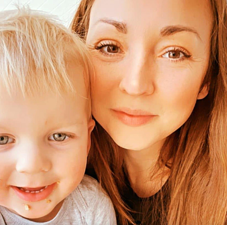 Mor og søn kigger ind i kameraet