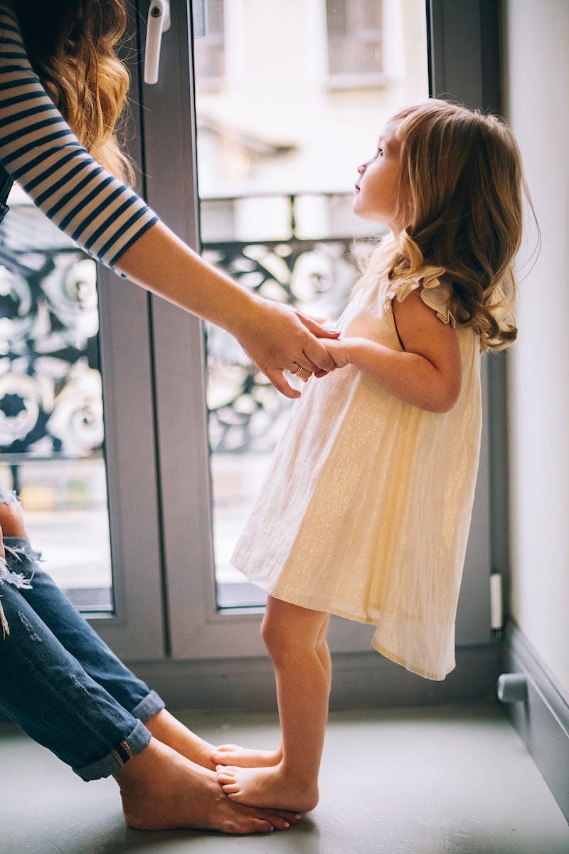 Mor og datter holder i hånd