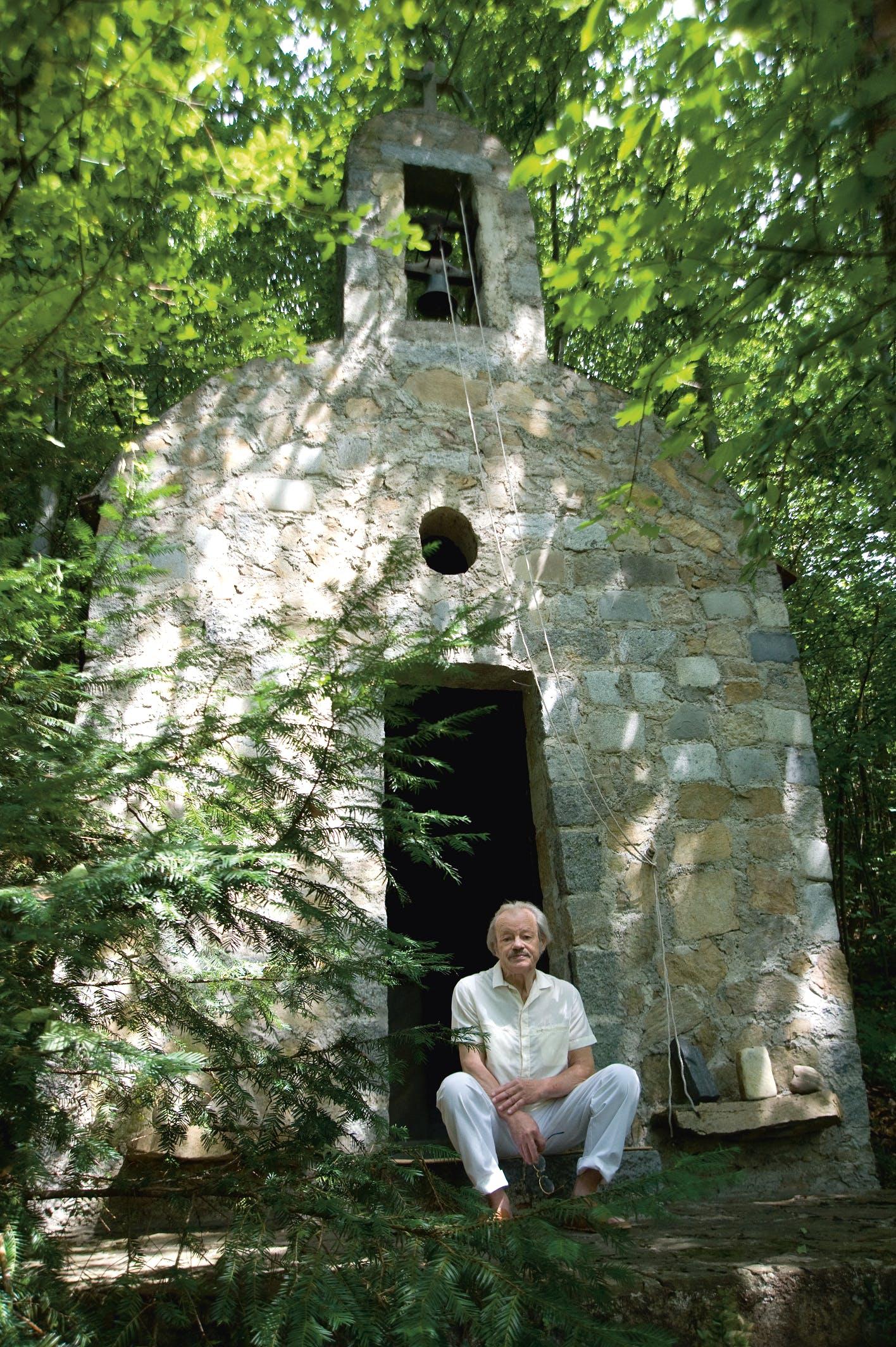 Cerha vor einer von ihm entworfenen und errichteten Kapelle, Maria Langegg