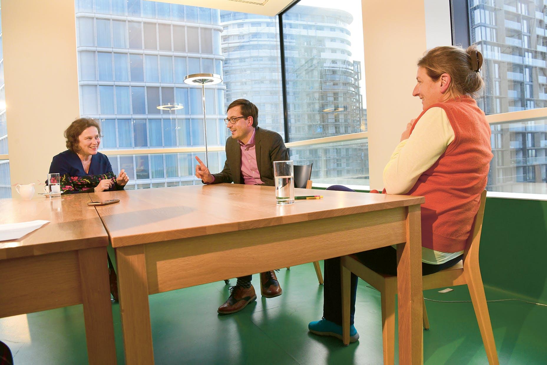 Andrea Bina, Günther Oberhollenzer, Christiane Erharter (von links) im Büro des Belvedere 21