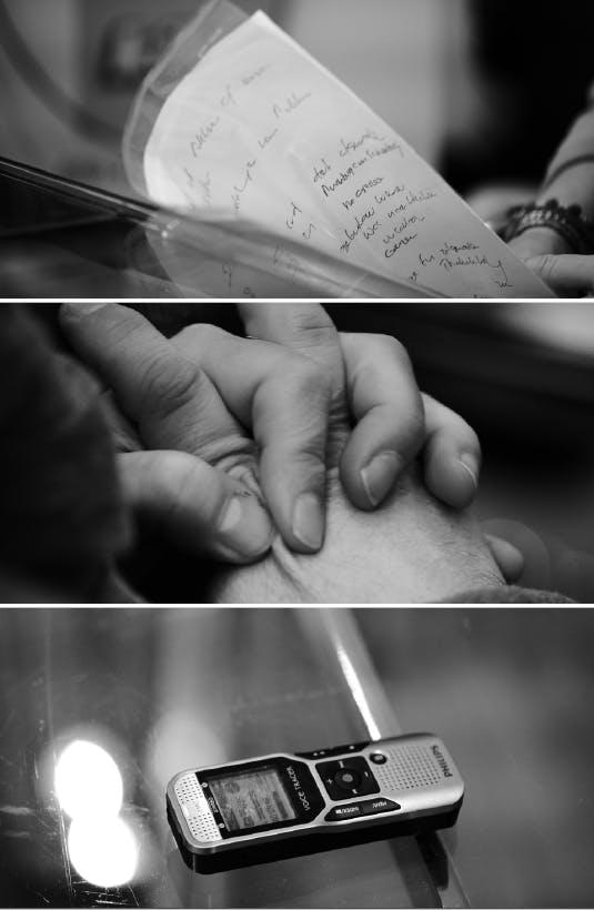 Schwarz-weiß Bilder: Papier, Hände, Smartphone