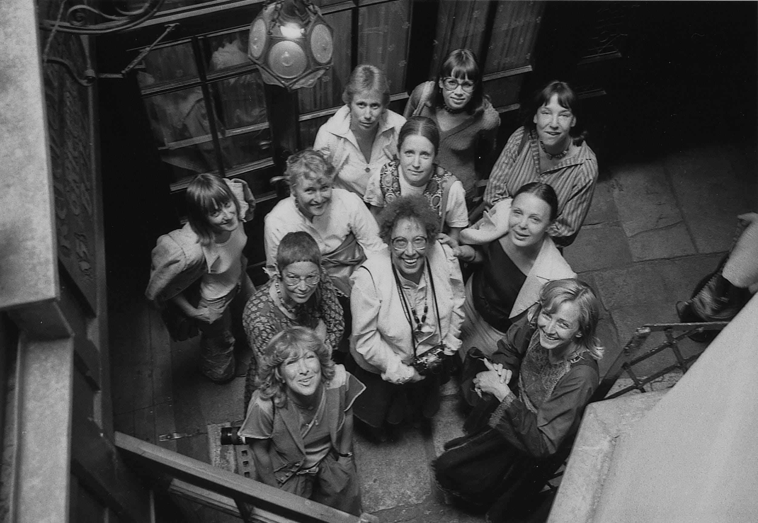 Die Künstlerinnengruppe IntAkt im Hof der Galerie Griechenbeisl, 1978. Vorne Mitte: Christa Hauer