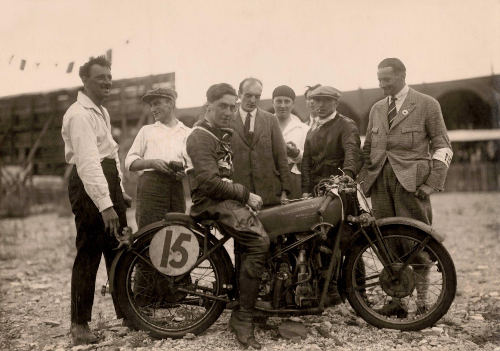 Walter L. Handley vainqueur en Motosacoche 350 cm3 et 500 cm3 du Grand Prix d'Europe de 1928 à Genève