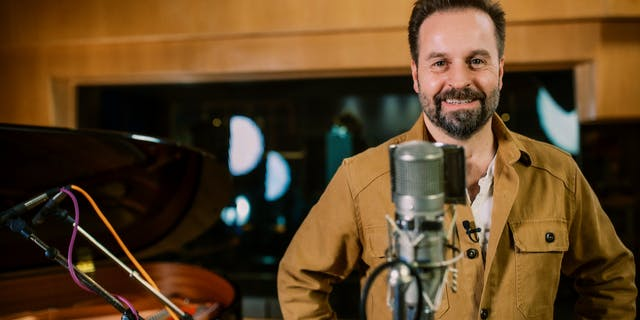 Tenor singer Alfie Boe releases his first online singing course with MusicGurus