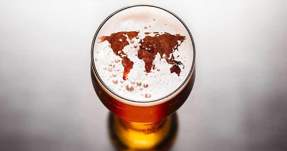 Este Hombre Tiene la Misión de Recolectar Latas de Cerveza de Todos los Países del Mundo | Beerhouse.mx