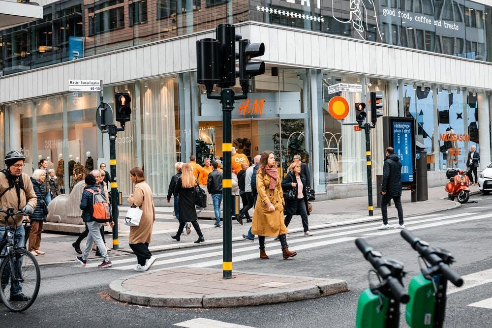 Forte fréquentation devant des magasins