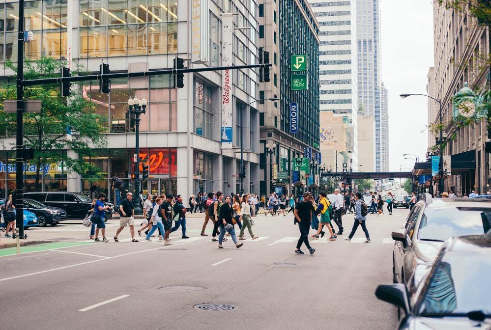 Un rue passante sur un drive piéton