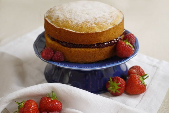 victorian sponge cake with strawberries
