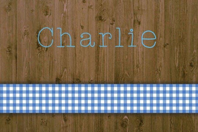 蓝色和白色丝带在木桌上