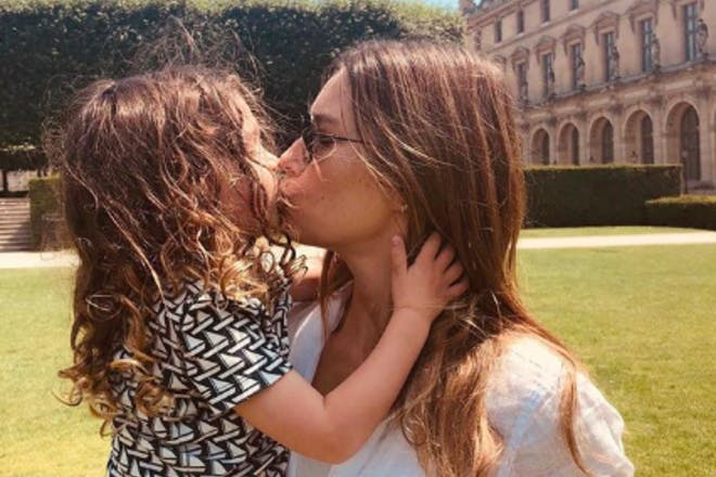 Jessica Beil kissing daughter