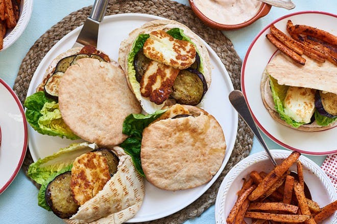 Halloumi burgers with carrot chips