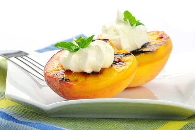 Grilled peaches with yogurt