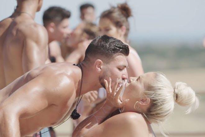 Love Island 2019 Tommy and Molly-Mae milkshake challenge