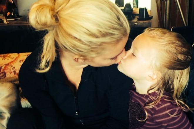 Jessica Simpson kissing daughter