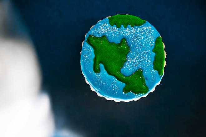 Biscuit decorated to look like earth