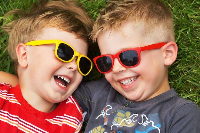 两个戴墨镜,躺在床上笑
