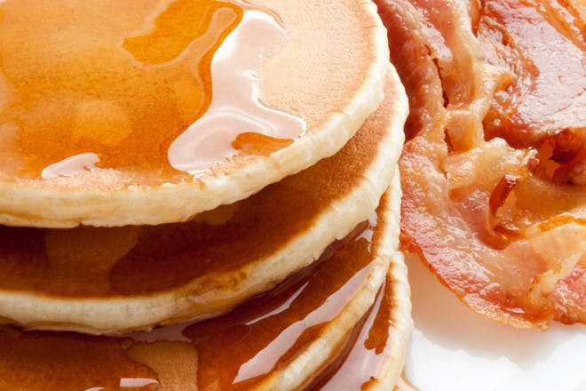 16. Pancakes with maple syrup and crispy bacon