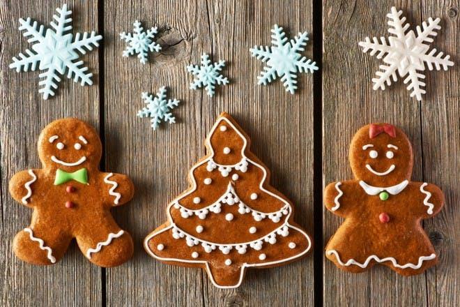 gingerbread men on wooden background
