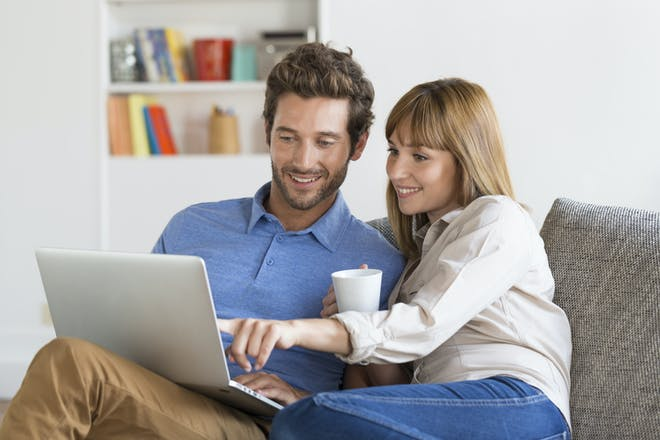 夫妇在笔记本电脑