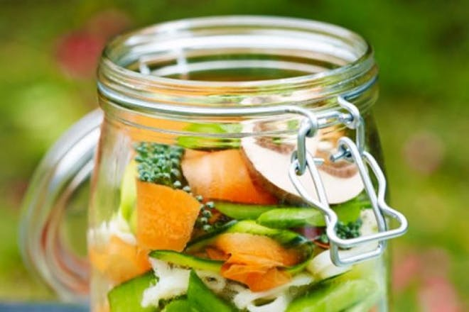 Mason jar with raw veg and rice noodles in it