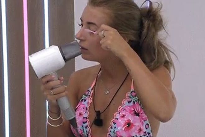 Love Island 2018 Dani Dyer blowdrying eyelashes