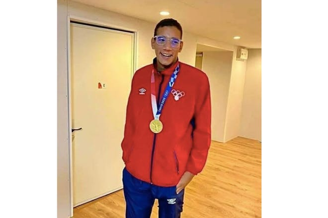 Ahmed Hafnaoui with his gold medal