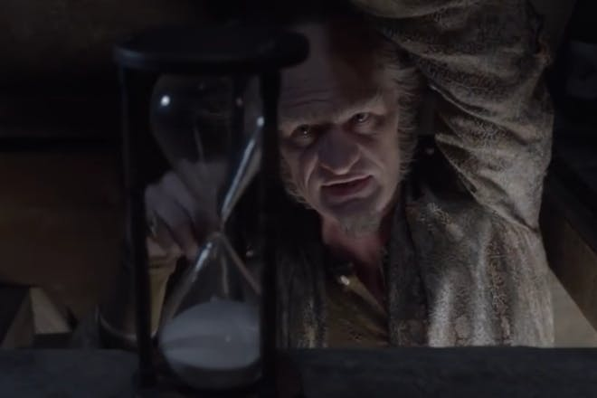 Netflix A Series Of Unfortunate Events - Count Olaf with a timer