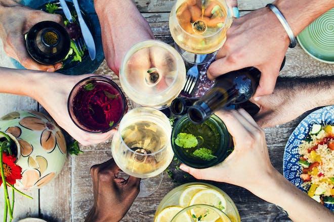 手伸向各种各样的酒精饮料欢呼