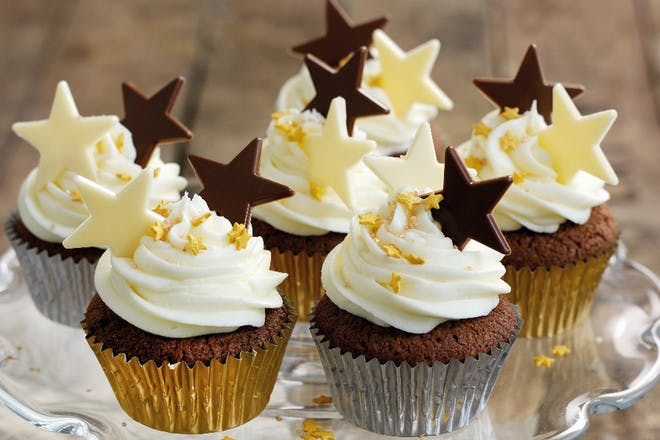 Christmas cupcakes. Classic Christmas cupcakes recipe for chocolate sponges with white frosting and chocolate stars.