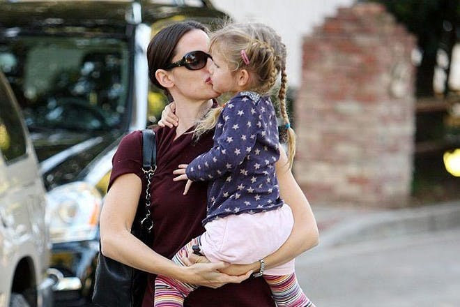 Jennifer Garner kissing daughter