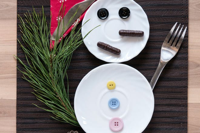 Christmas place setting with two plates to look like a snowman