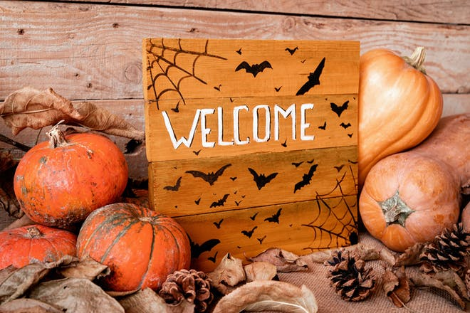 Halloween welcome sign with pumpkins