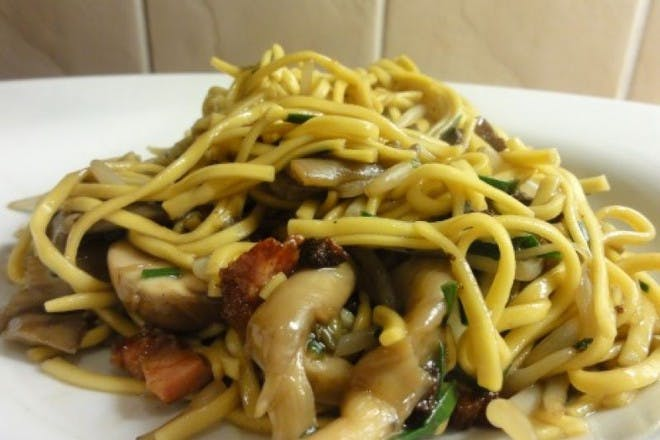 Stir fry noodles with mushrooms and pancetta
