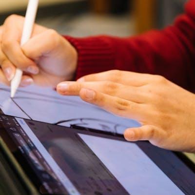 Person zeichnet auf Tablet