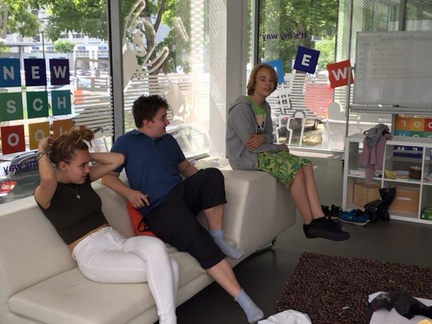 Talents sitzen auf einer Couch