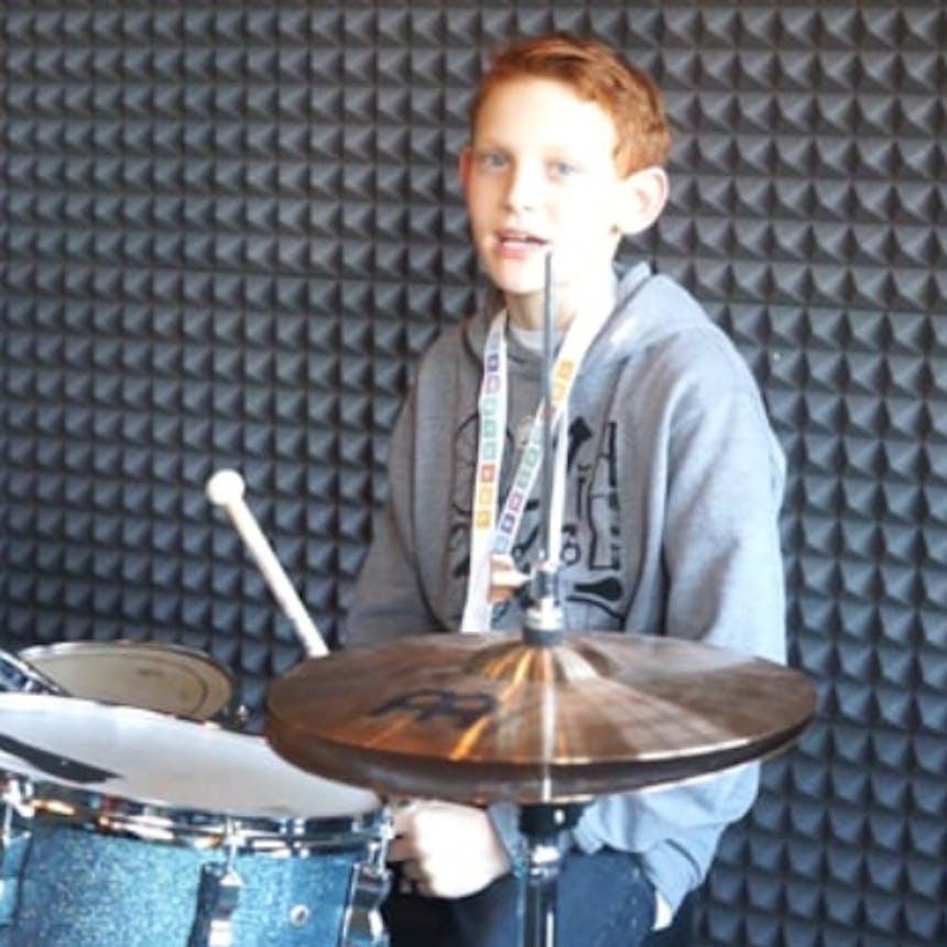 Talent spielt Schlagzeug
