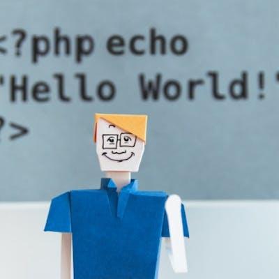 Lächelnde Pappfigur vor Code