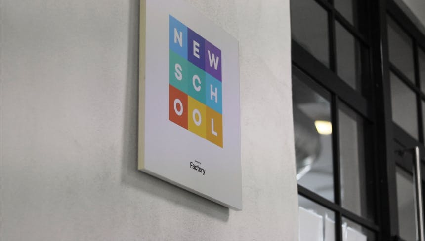 Bild mit NewSchool Logo an Wand