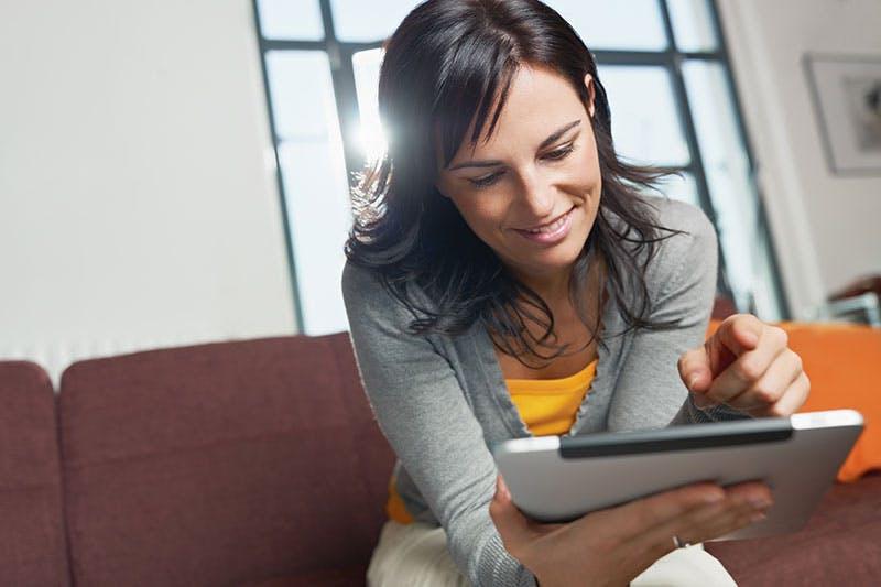 Kvinna ansöker om att låna 40000 kronor online