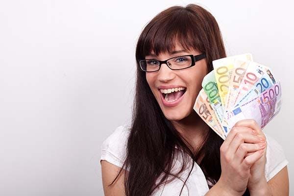 iloinen nainen euroja kädessä