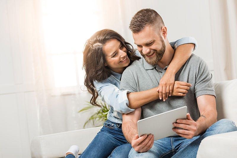 par som är glada över att ha fått låna 20000 kronor på nätet