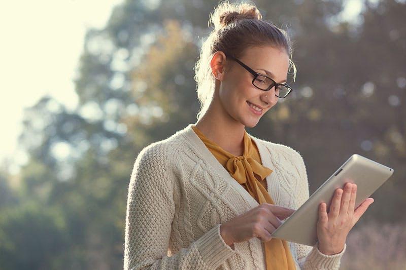 Leende kvinna ansöker om att låna 30000 kr direkt online