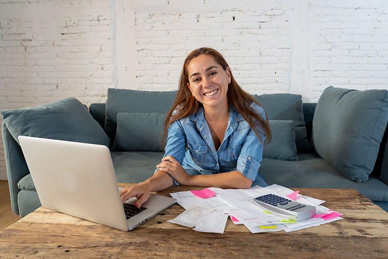 Nainen lainaa verkkopankkitunnuksilla helposti netistä