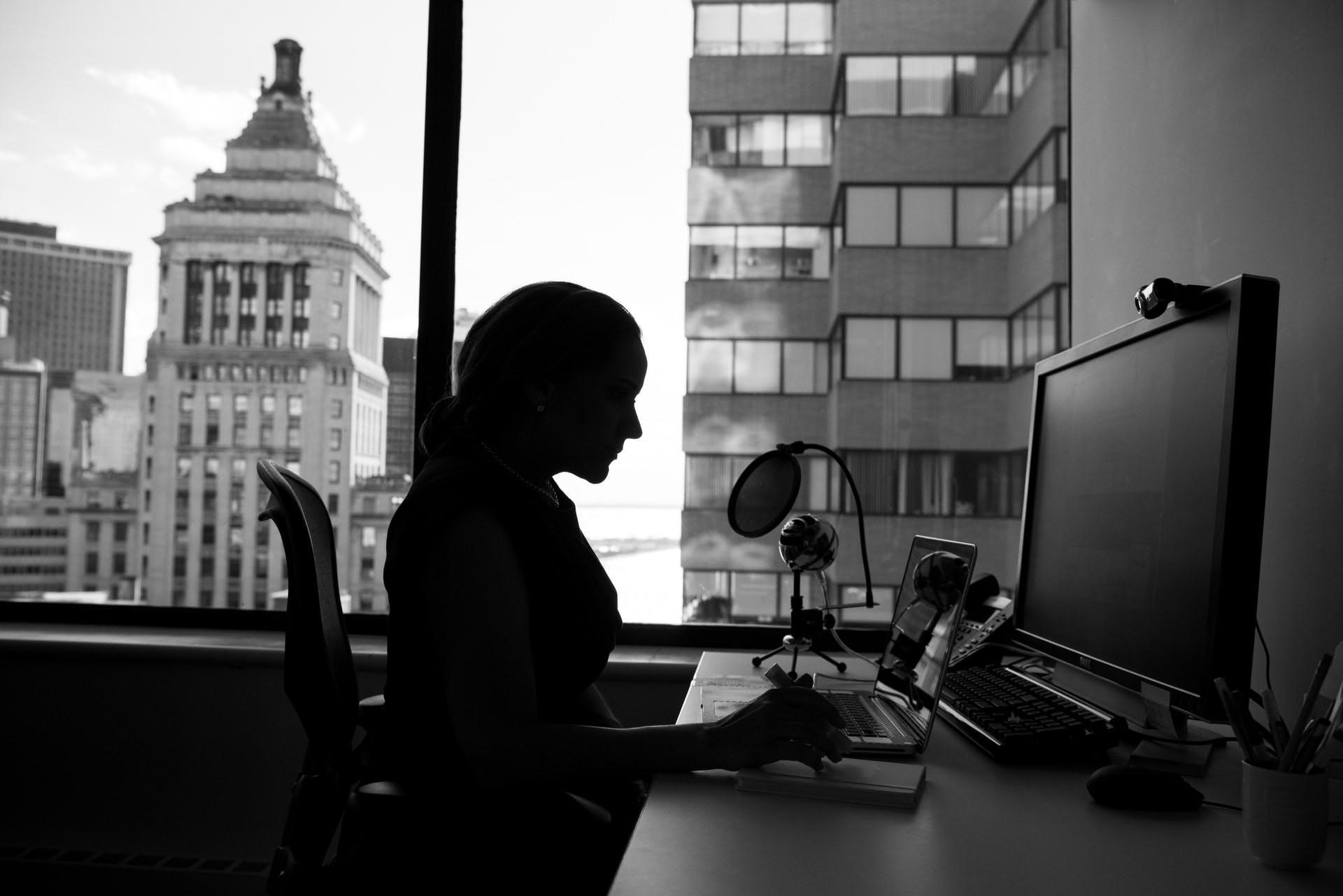 Pessoa trabalhando no escritório