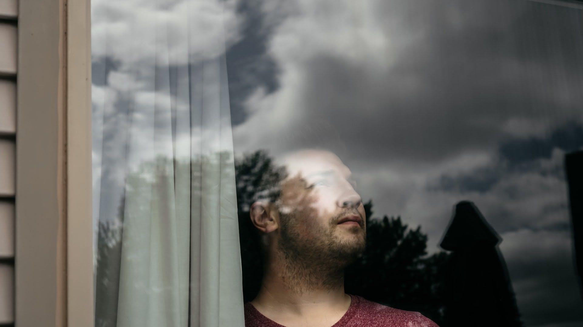 Olhando o céu pela janela
