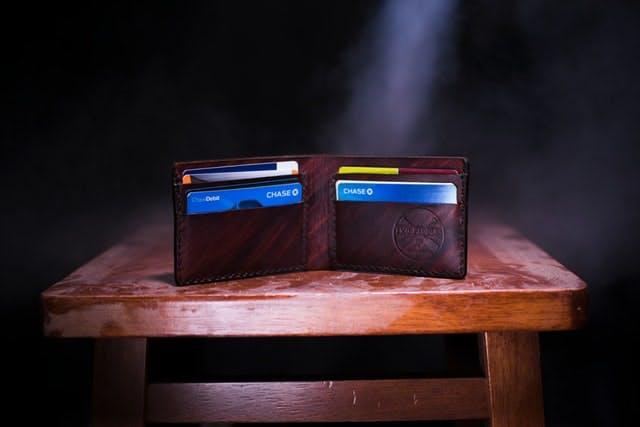 Carteira aberta com vários cartões aparecendo