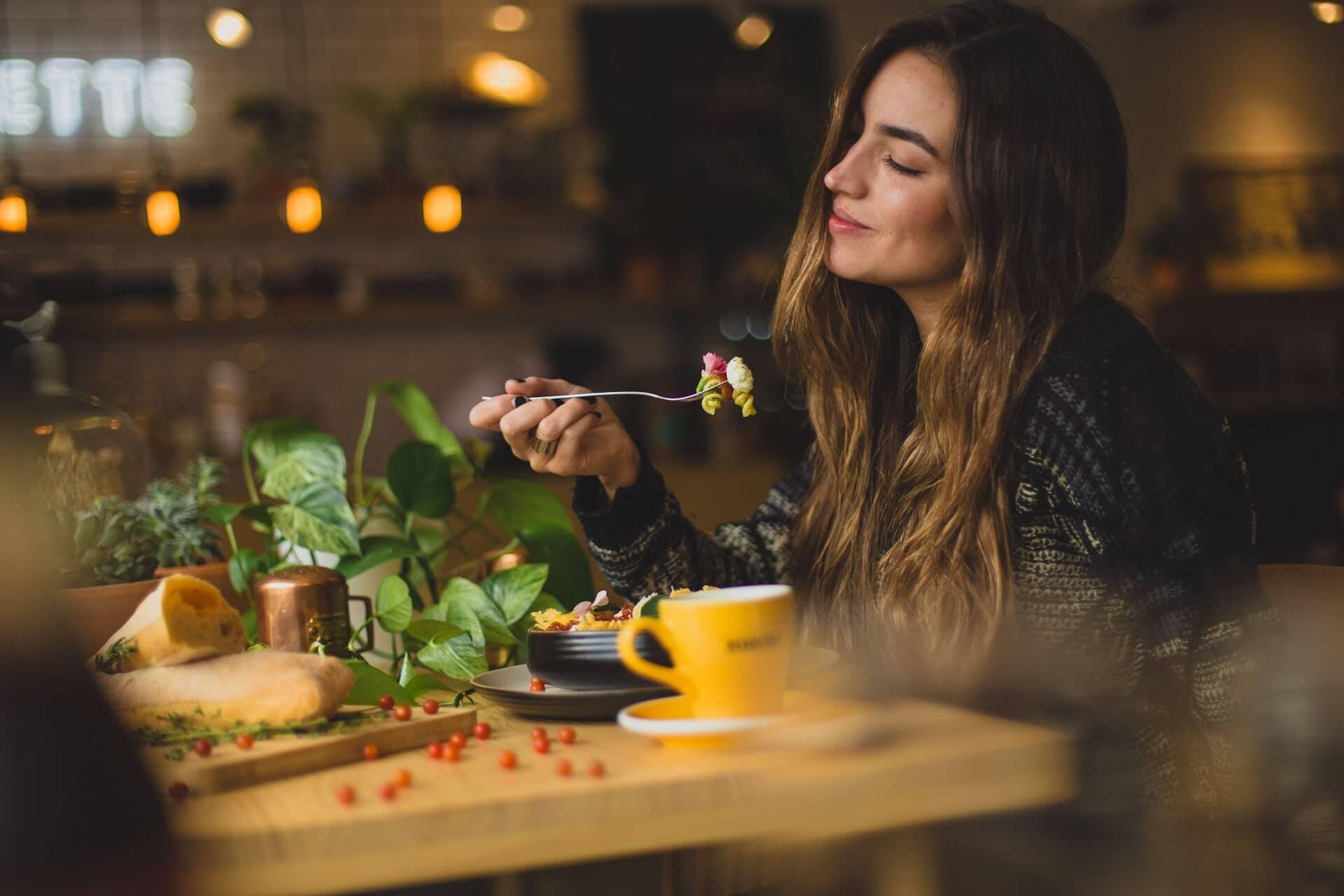 mulher comendo em um restaurante