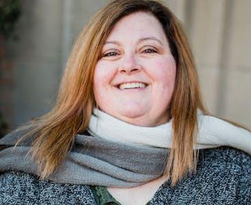 Lisa Lambert sorride dopo aver sconfitto la depressione.